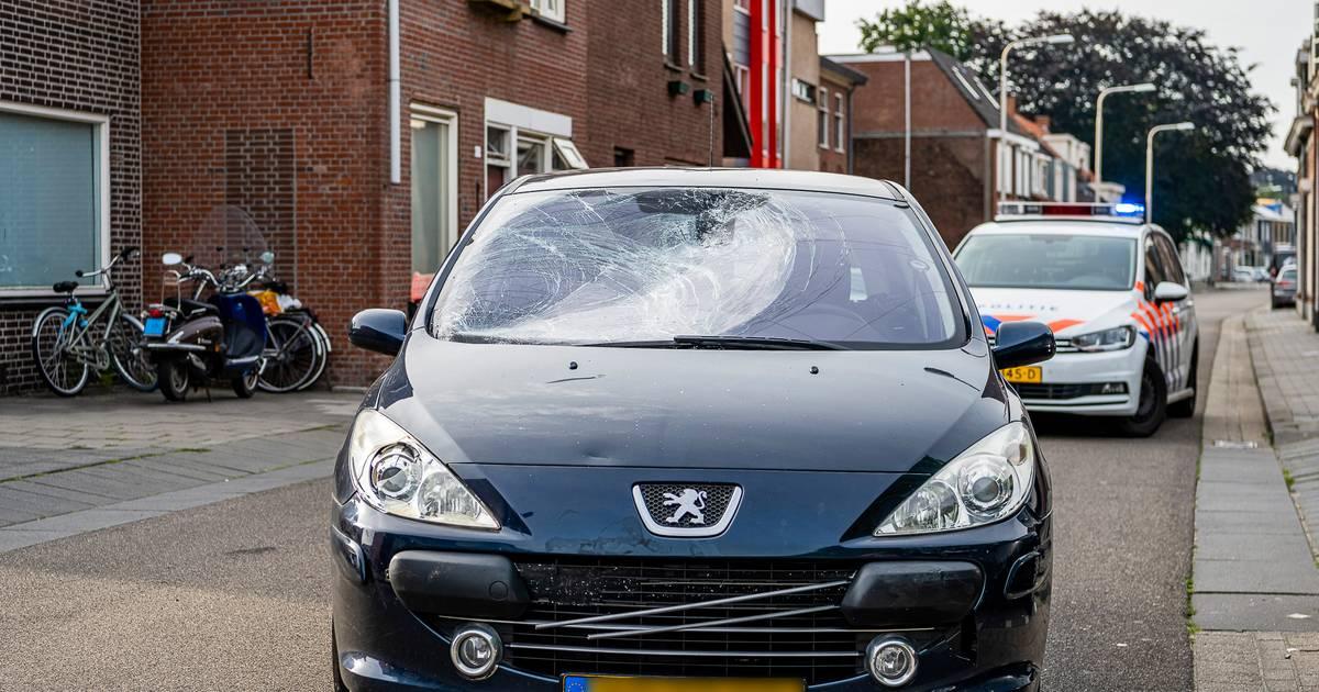 Fietser komt in botsing met auto in Tilburg, maar raakt wonder boven wonder niet gewond.