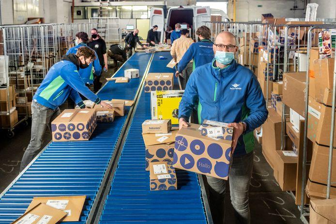 De Arnhemse pakketbezorger Red Je Pakketje heeft op de golven van groei een nieuw distributiecentrum in Arnhem geopend en is hard op weg met het uitstootvrij maken van haar wagenpark. Locatiemanager is Julian Smetsers (rechts vooraan).