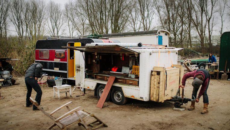 Op de slibvelden in Elzenhagen staan nog maar twintig wagens en caravans. Beeld Marc Driessen