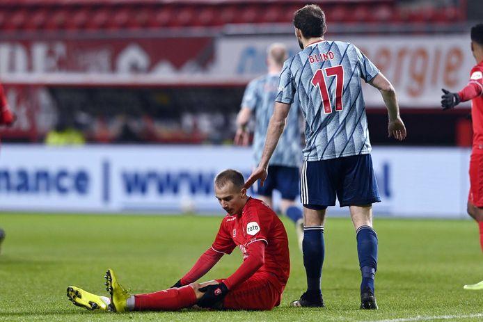 VaclavCerny voelt aan zijn knie, terwijl Daley Blind hem een schouderklopje geeft.