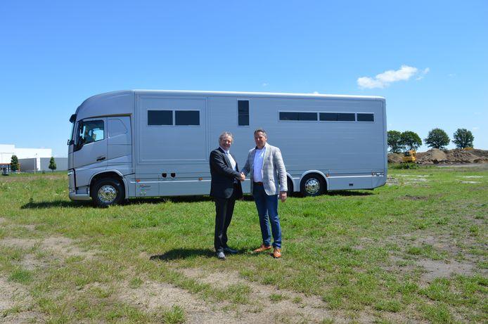Wethouder Wagenmans en ondernemer Roelofsen schudden elkaar de hand op de plek waar het bedrijf zich gaat vestigen.