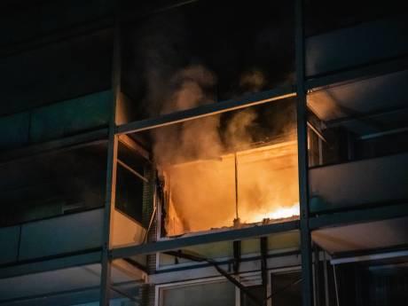 Kat overleden en bewoner naar ziekenhuis door uitslaande woningbrand in Leidschendam