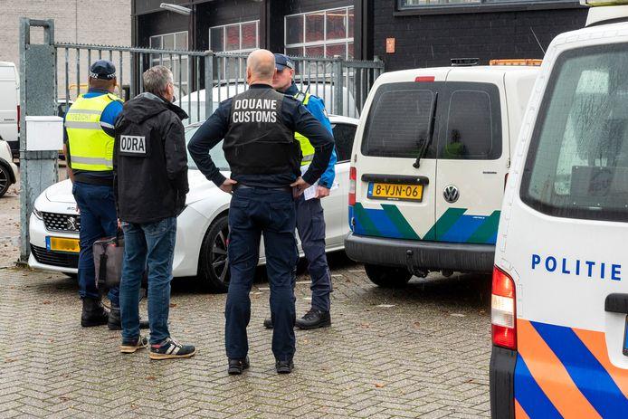 Politie, douane, gemeentelijke handhaving en Omgevingsdienst Regio Arnhem verzamelen zich voor een inspectie van bedrijven op bedrijventerrein Overmaat.