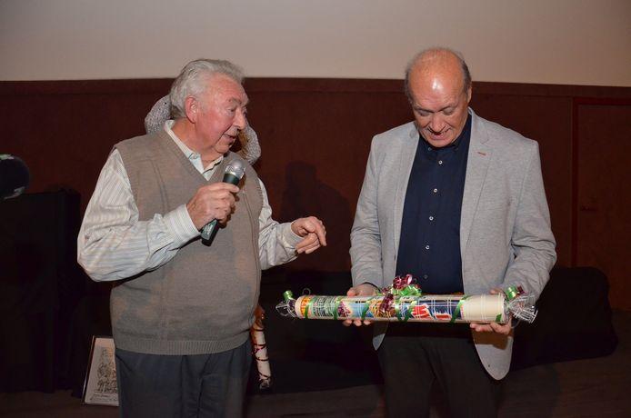 Jacques Vermeire kreeg van Paul Raes, uitbater van Cinema Central, oude filmaffiches als aandenken, voor zijn verzameling.