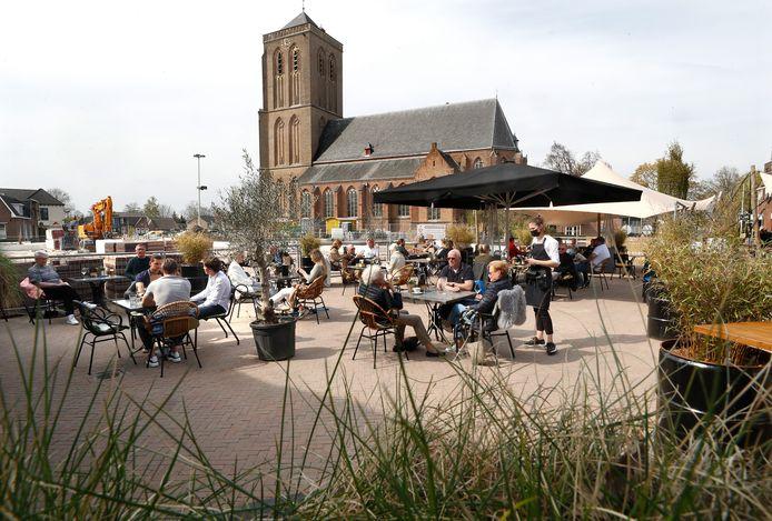 Het terras van horecagelegenheid Jan&Jan is voor het eerst weer open na de bouwwerkzaamheden in het centrum het dorp.