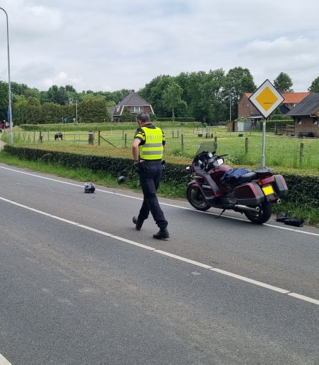 Oversteken gaat helemaal mis: motorrijder en fietser ernstig gewond bij botsing in Baak