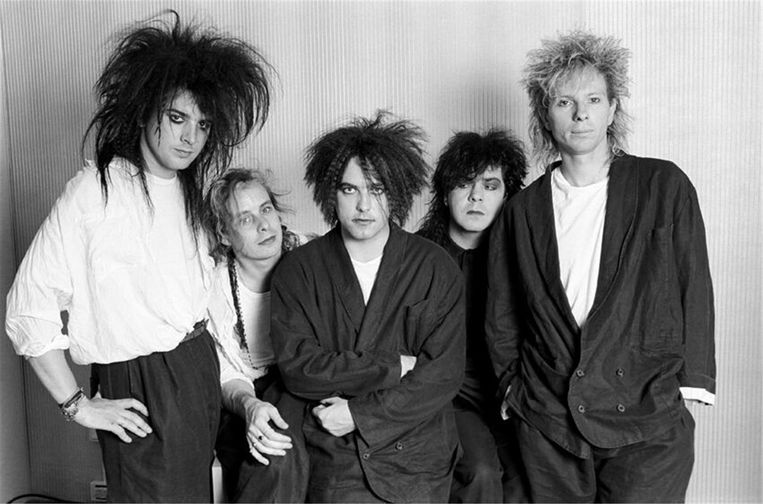 Robert Smith (te midden van zijn band) moest zich ook al eens in eenzame afzondering terugtrekken nadat hij besmet raakte met de waterpokken. Hij schreef er in 1985 de legendarische song 'Close to Me' over. Beeld rv
