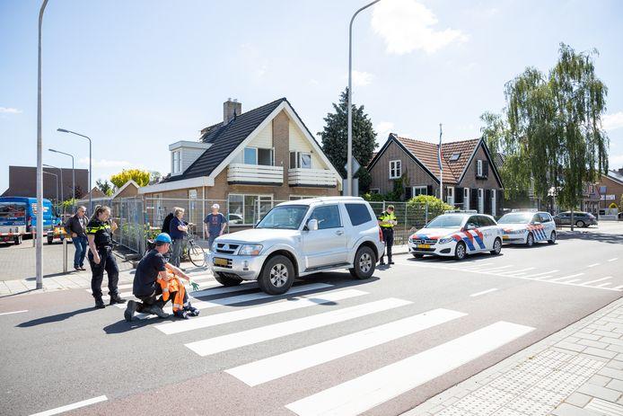 Bij een aanrijding op de Schurinkstraat in Ommen is donderdagmorgen 28 mei een vrouw gewond geraakt. Ze stak over op een zebrapad ter hoogte van de Lidl, waar ze werd geraakt door een terreinwagen. De politie doet onderzoek nadat het slachtoffer is afgevoerd.