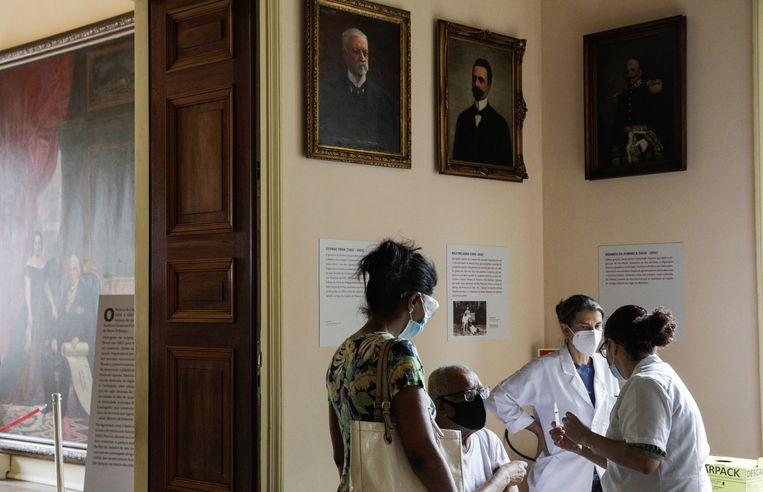 Het coronavaccin van Sinovac wordt toegediend in een museum in Rio de Janeiro. Beeld REUTERS