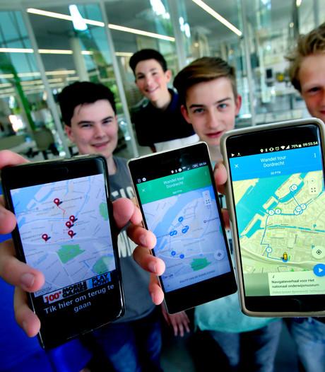 Scholieren wijzen toeristen in Dordrecht de weg met apps