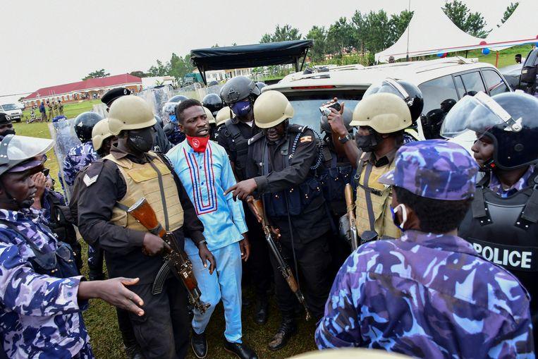 Oppositieleider Bobi Wine (midden, in het blauw). Beeld Reuters