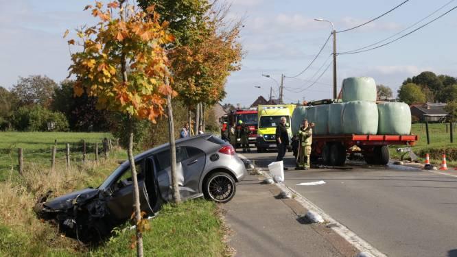 Auto botst frontaal op tractor: bestuurder lichtgewond