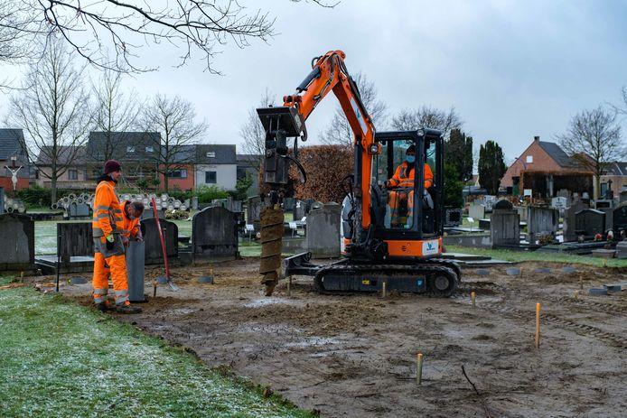 Er wordt volop gewerkt op de begraafplaats in Kontich centrum.