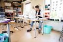 Judy Cerfontaine aan het werk in het atelier van Dierbaar Goed.