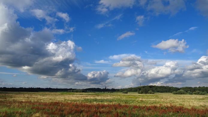 Hollandse lucht boven de Brabantse Wal Een typisch Nederlands tafereel. Uitgestrekte wolkenpartijen boven het landschap. Foto Ad van Loenhout uit Hoogerheide