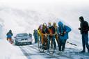 Johan van der Velde vecht zich door de sneeuw heen