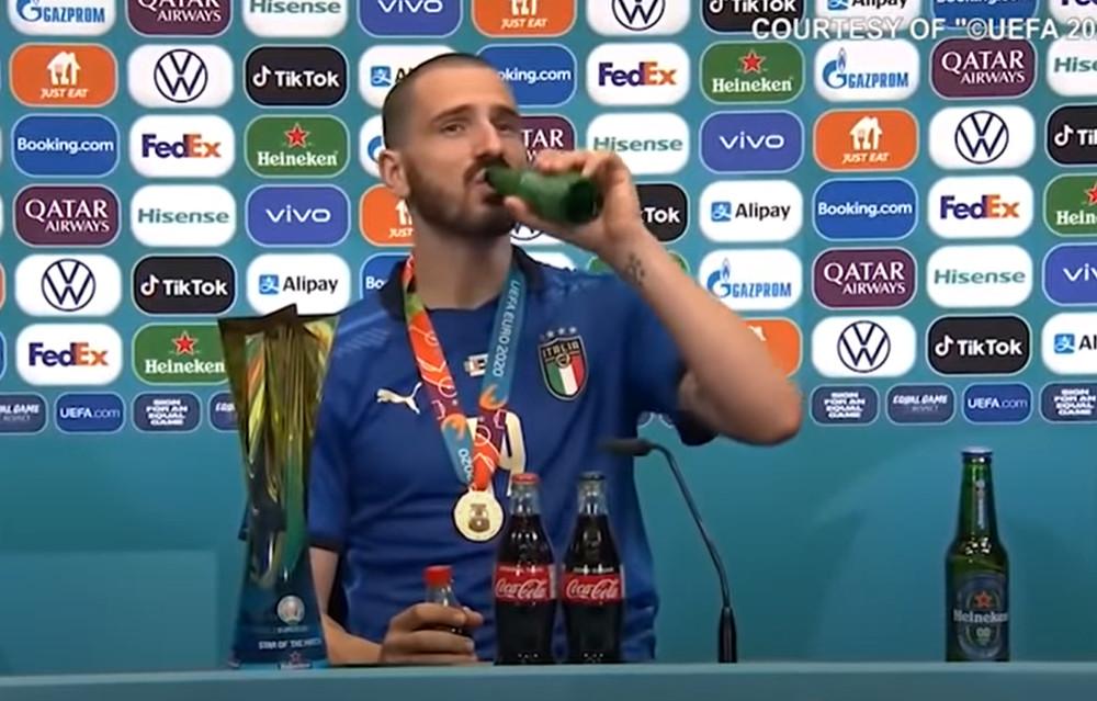 Leonardo Bonucci neemt een slok van zijn flesje bier.