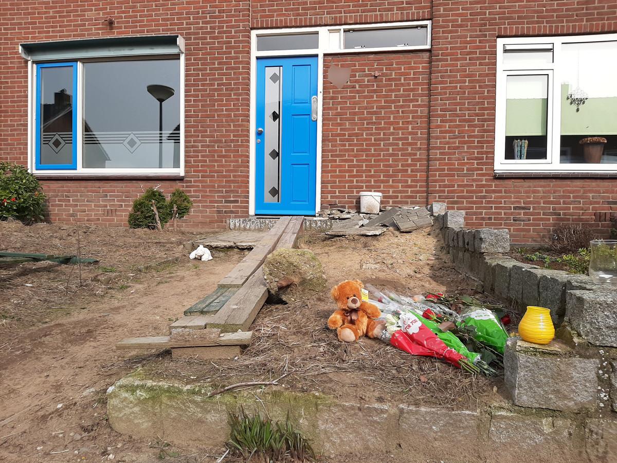 Bloemen en knuffels in de voortuin van de woning aan de Krokusstraat in 's-Heerenberg.