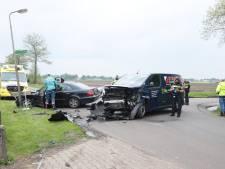 Drie gewonden en grote ravage bij botsing in Vinkenbuurt
