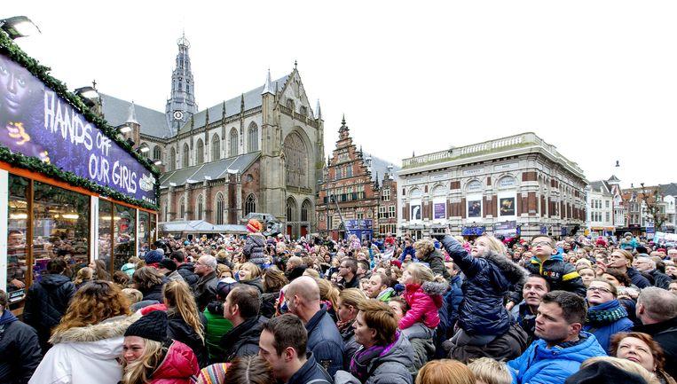 Lange rijen voor het Glazen Huis op de Haarlemse Grote Markt met mensen die geld willen doneren tijdens de vierde dag van 3FM Serious Request 2014. Beeld anp