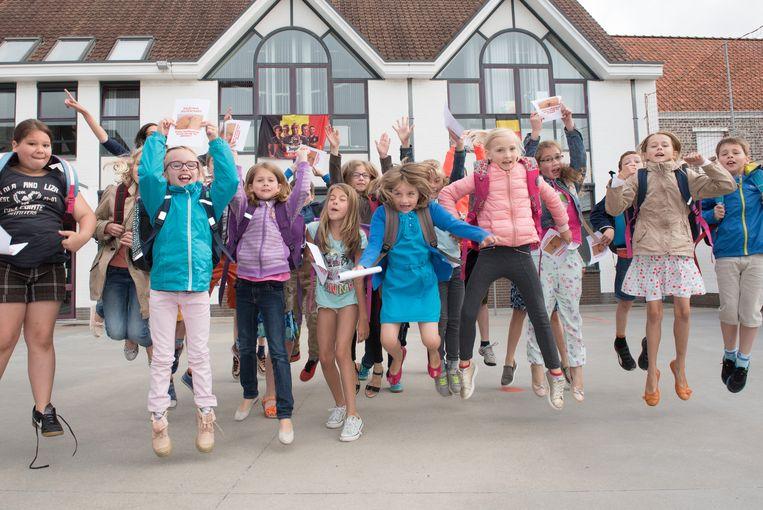 De leerlingen maken een vreugdesprong met hun lichte boekentas.