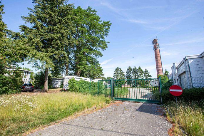 Het gaat om het gebouw met toren rechts, de parking centraal en de witte villa links.