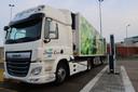 Een DAF-vrachtwagen aan een snellader van Heliox.