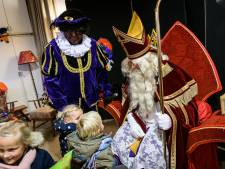 Jansen en Janssen vullen elke kinderhand in Hengelo met pepernoten