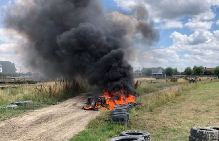 De quad brandde als een toorts, de vlammen vonden ook een gretige prooi in de autobanden die vlakbij gestapeld lagen.