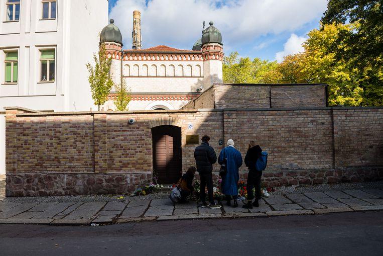 Rouwenden  bij een synagoge in Halle, waar vorig jaar oktober twee doden vielen na een schietpartij.  Beeld Getty Images