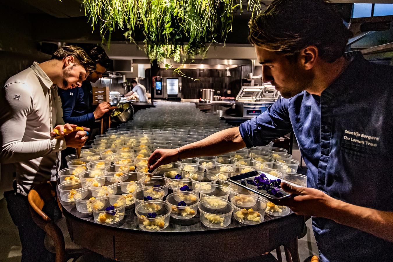 Bij restaurant The Lemon Tree in Deventer worden met zorg honderden bakjes gevuld voor hun maaltijdbox Grand 25, 25 gerechtjes voor 25 euro (per persoon). Linksachter Kevin Schlaman linksvoor Nino Boot en eigenaar Valentijn Bergers rechts.