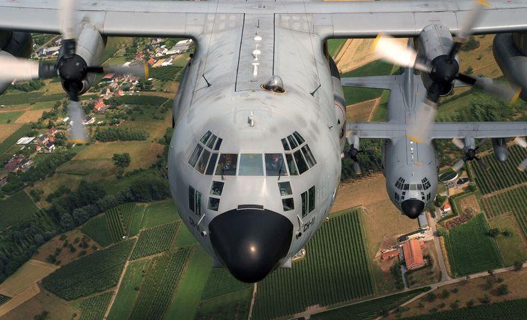 Twee C-130 transportvliegtuigen.  Beeld BELGA