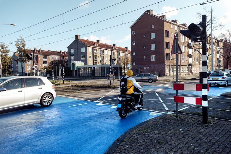 Kruispunt van de Burgemeester Röellstraat en de Burgemeester Van Leeuwenlaan in Slotermeer. Beeld Jakob Van Vliet