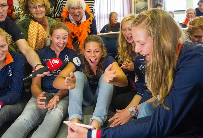 Grote blijdschap bij zus Femke Paulis en andere leden van roeivereniging Salland als blijkt dat Ilse Paulis goud heeft gewonnen in de lichte dubbel twee.