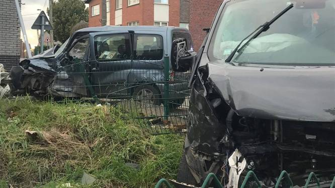 Twee wagens botsen op kruispunt en eindigen in tuin van woning