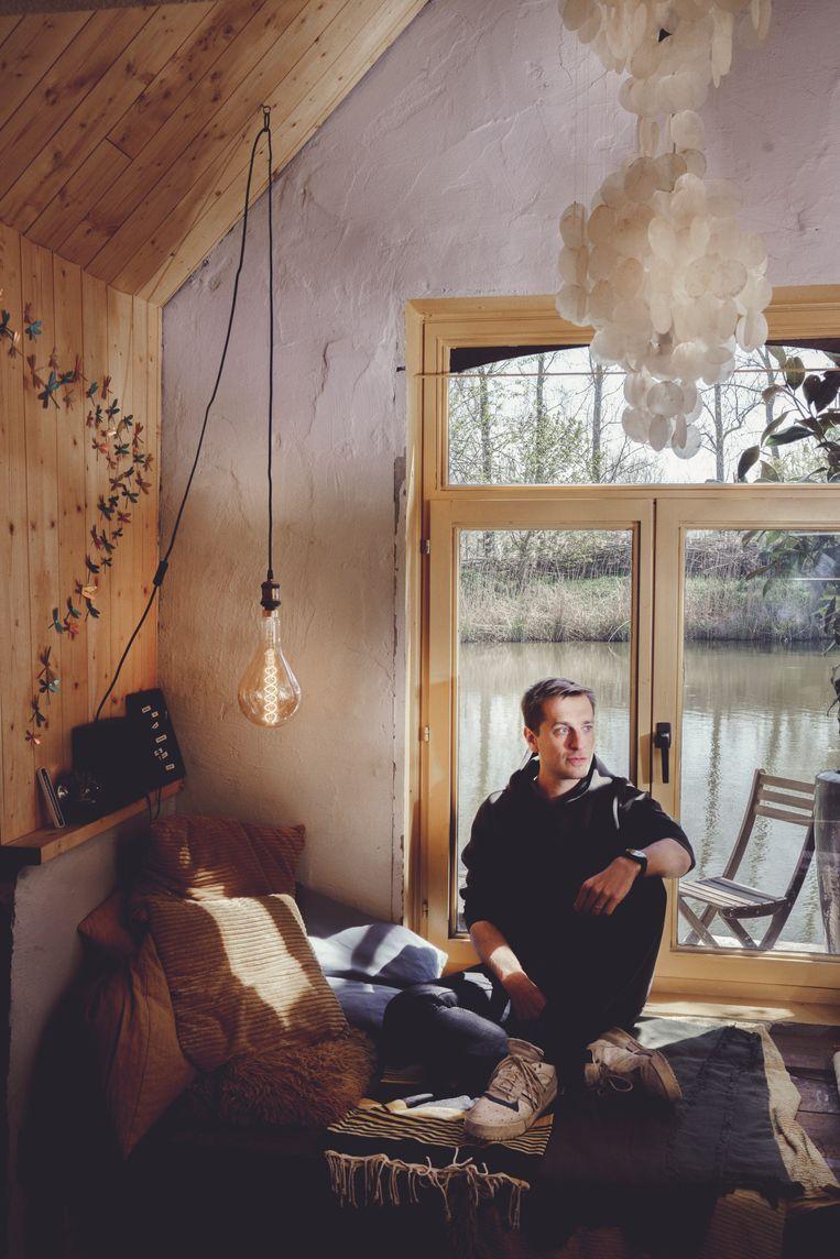 Vroeger verkoos hij verre vliegtuigreizen, nu beseft Sam De Bruyn dat hij even gelukkig is in een tiny house in pakweg Poelkapelle. Beeld © Stefaan Temmerman