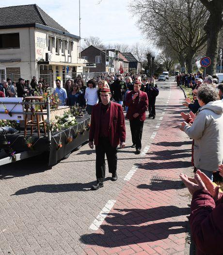 Indrukwekkende erehaag voor overleden kroegbaas John Bens, woonhofje op plek café gaat D'n Bens heten