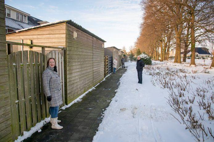 Hier wil de gemeente de regionale fietsroute naar toe verleggen, naast het pad achterlangs de tuinen van de Belcantodreef. Bewoners Elly Knol, Corry van Schijndel, Elly Leur en Robert Deurhof (vlnr) voelen daar niets voor.