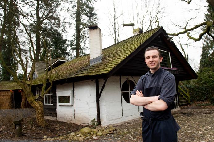 Thijs van Geffen klom het dak van restaurant Huisje James op om een schoorsteenbrand te stoppen.