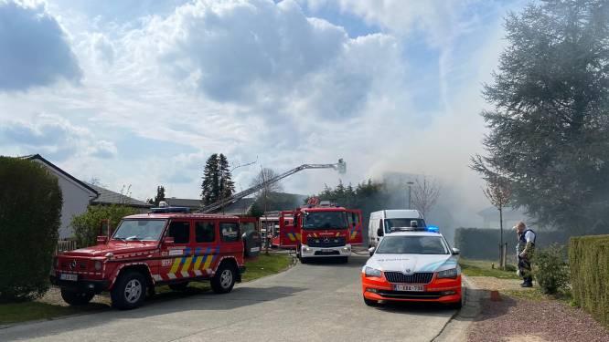 """Woning onbewoonbaar na zware brand: """"Plots schoten vlammen uit het dak"""""""