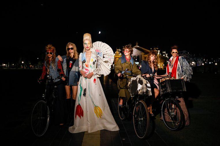 Modellen in Ronald van der Kemp op het Museumplein tijdens Amsterdam Fashion Week. Beeld RVDK