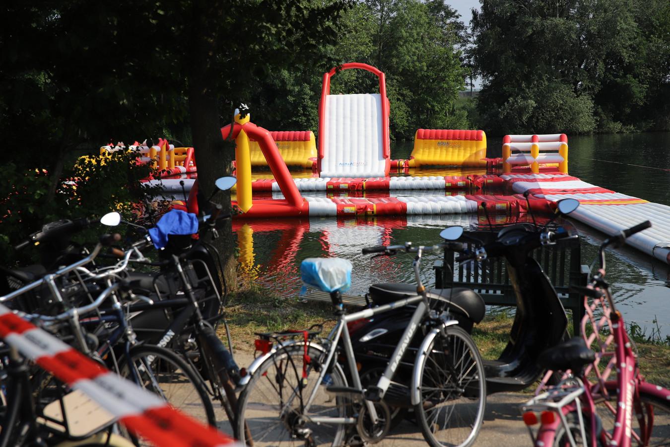 De recreatieplas op de camping in Kapel Avezaath is afgezet na het incident waarbij een kind mogelijk zwaargewond is geraakt.