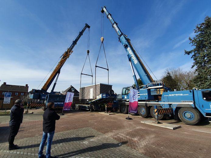 In Rijsbergen is donderdag als eerste in de gemeente Zundert een glasvezelcentrale geplaatst