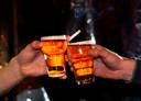 Proosten met een biertje: gelukkig kan het straks weer in het café en op het terras.
