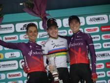 Vollering en rozetruidraagster Van der Breggen zien ploeggenote etappe winnen