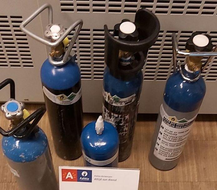 Illustratiebeeld: vijf in beslag genomen lachgasflessen.