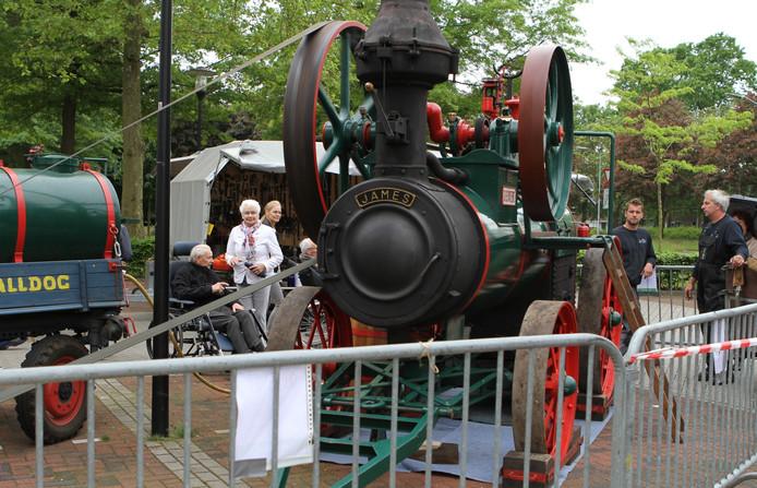 Een demonstratie van een stoomlocomobiel en klompenmachine bij RSZK Merefelt.