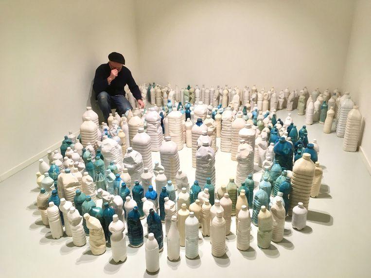 Stephen Wilks positioneert zijn werk, 2016. Beeld