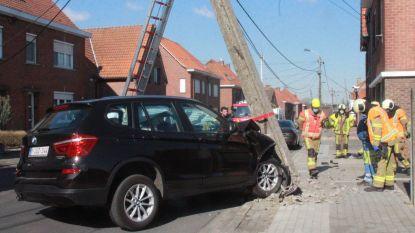 Bestuurster knalt met BMW tegen elektriciteitspaal