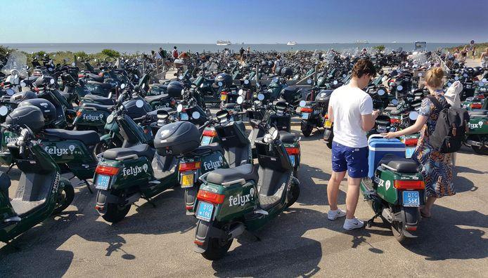 Zee van Felix huurscooters bij de strandslag aan het einde van het Zwarte Pad